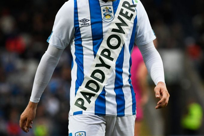La maglia dell'Huddersfield Town con il logo Paddy Power (Photo by George Wood/Getty Images)